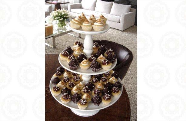 Mesa de Cupcakes Branca Marrom   Confeitaria da Luana