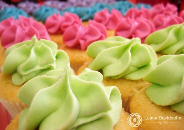 Cupcake Chocolate Branco Colorido | Confeitaria da Luana