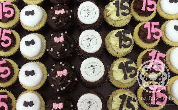 Cupcake 15 anos preto e rosa | Confeitaria da Luana