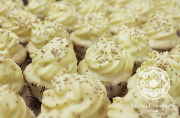 Cupcake para casamento Clarinho com Bolinhas Douradas | Confeitaria da Luana