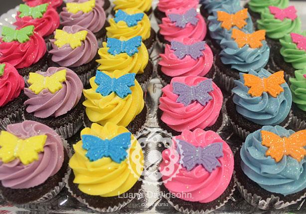 Cupcakes coloridos com borboletas | Confeitaria da Luana