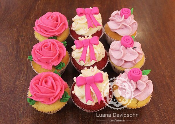 Cupcake Noivado rosas e laços | Confeitaria da Luana