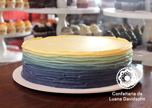 Bolo degradê Azul e Branco | Confeitaria da Luana