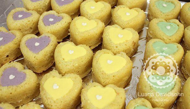 Mini bolinhos caseiros coloridos | Confeitaria da Luana