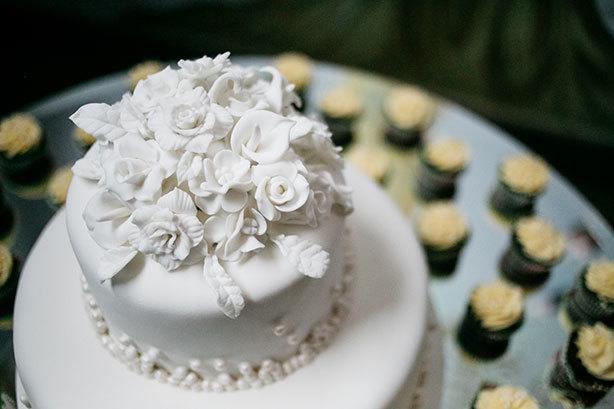 Bolo de Casamento Branco com Flores | Confeitaria da Luana