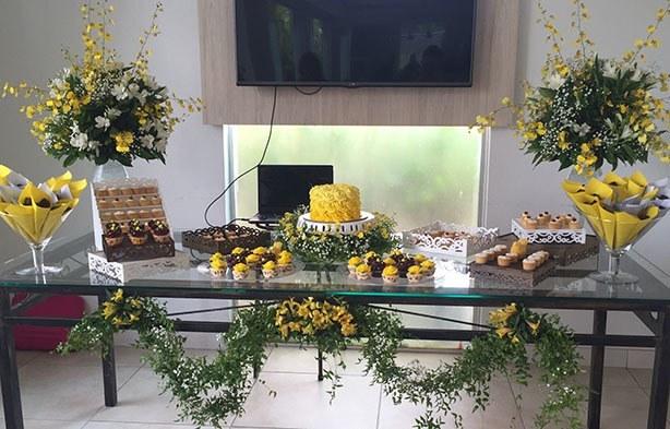 Mesa de Doces Amarela e Branca | Confeitaria da Luana