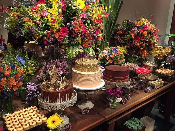 Vários bolos mesa de doces casamento